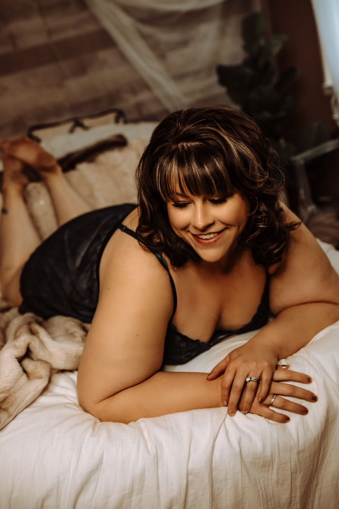 Hailey encourages you to push past your comfort zone as she shares her boudoir photos and talks about the process of preparing for her photoshoot, what the process was like, and what she learned along the way.  She also shares tips for boosting your confidence so you can feel your sexiest. - DivineMrsDiva.com #portland #psblogger #plussize #styleblogger #plussizelingerie #lingerie #boudoir #style #pdx #plussizeblogger #Torrid #LaneBryant #HipsandCurves #sumajanedark #boudoirstyle #plussizeboudoir